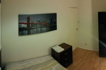 DOUBLE bed with free parking! Comes with Netflix! - Salford - Dům