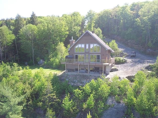 Lake front chalet, Laurentian Mountain View