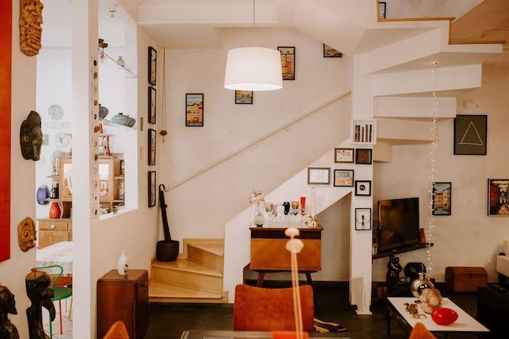 Suite confortável casa eclética.