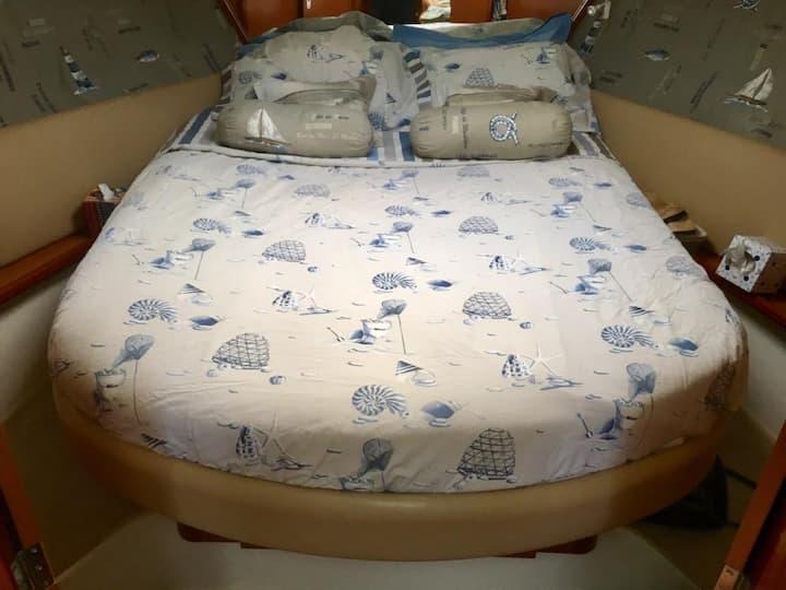 Beau bateau de 12 m.  au Cap d'Agde