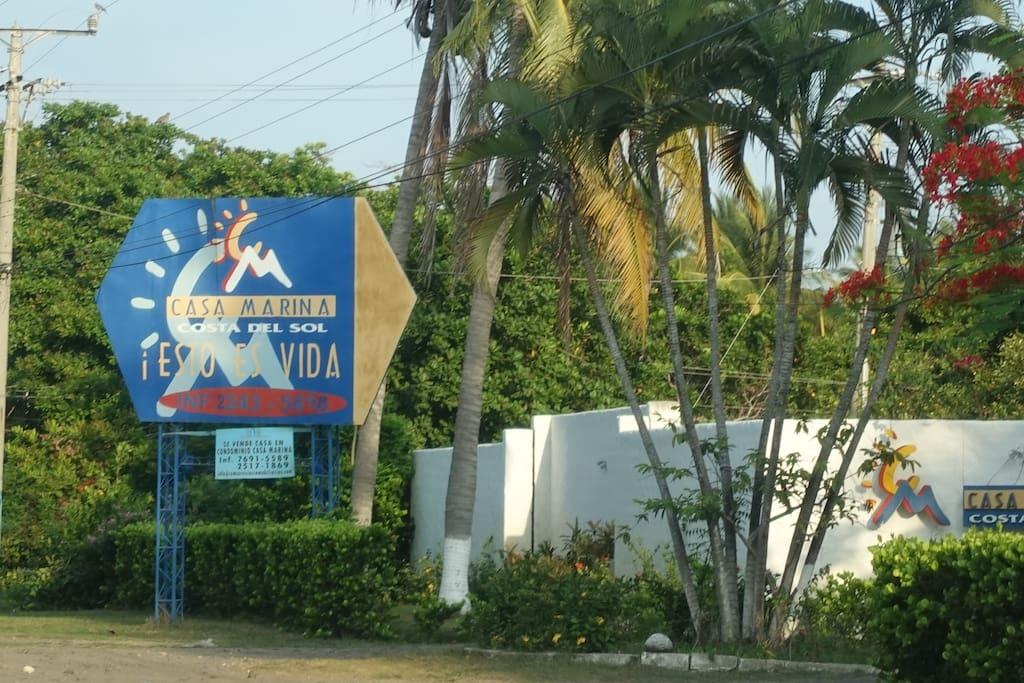 Al llegar a la entrada de Casa Marina, se encuentra visible el rótulo.