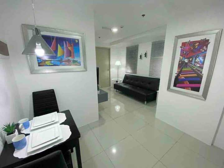 Makati Luxury Apartment C-U-806 with Netflix