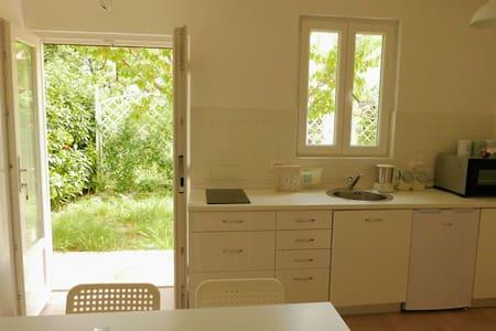 Cosy house with own little garden. - Nerezine - 小平房