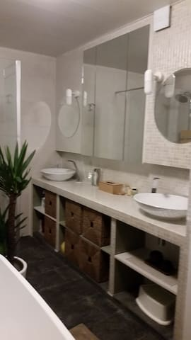 Big rooftop room, near city and near concert hall - Anvers - Ev