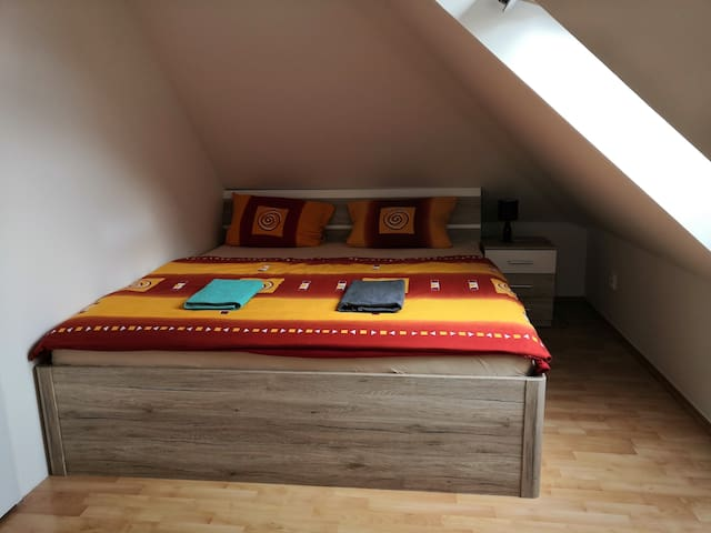 Beautiful  Attic apartment 20 min to downtown