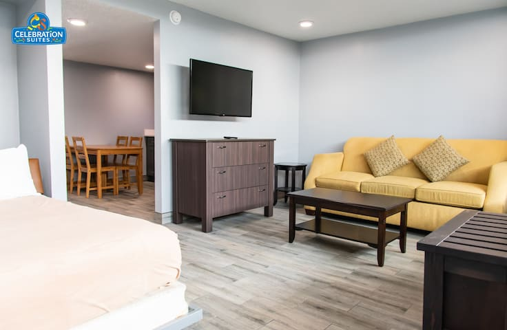 Renovated Suite Sleeps 6 - 2 Miles from Disney