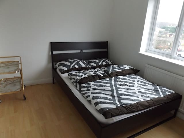 Nice Room in a friendly family house near London - Gerrards Cross - Hus