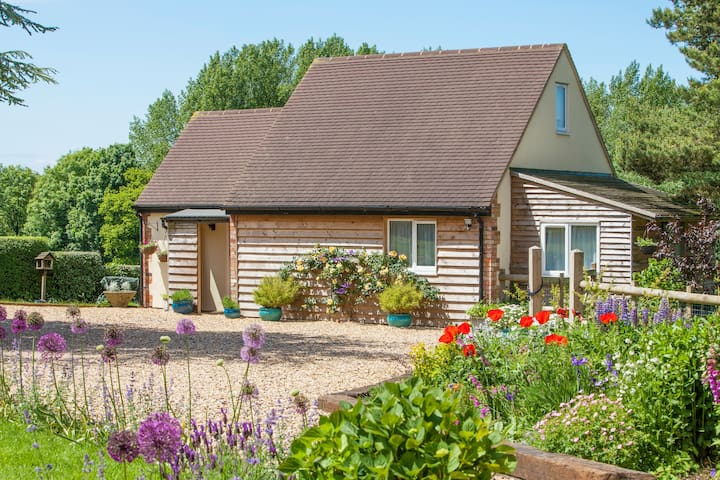 A Garden Lodge in a peaceful, tranquil setting. - Lyneham