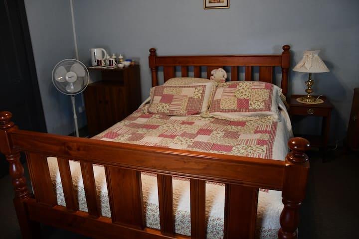 Henty Home Stay ROOM 2