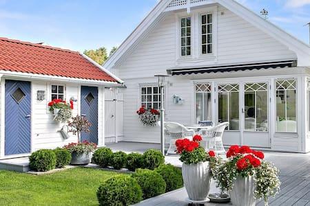 Solrik hytte, ikke langt fra sjøen! - Strömstad - Sommerhus/hytte