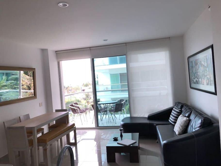 Sala con acceso a amplia terraza.