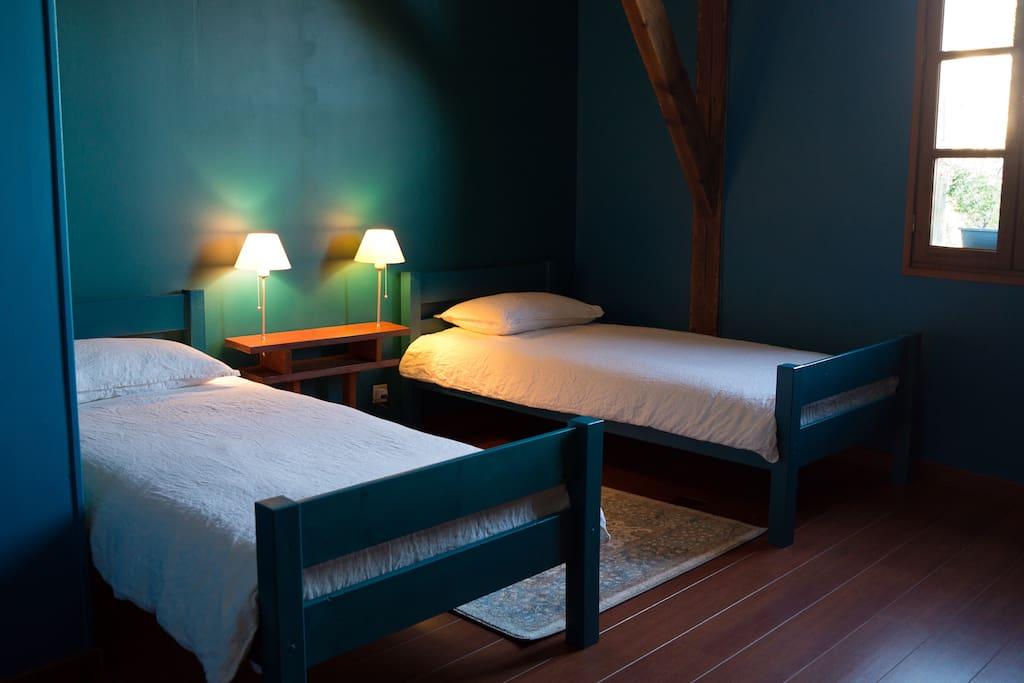 dans ancienne biscuiterie chambre bleu paon maisons louer lectoure languedoc roussillon. Black Bedroom Furniture Sets. Home Design Ideas