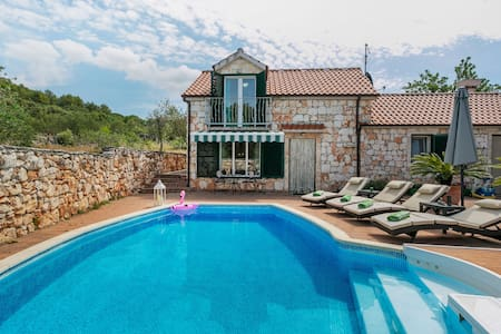 Chic Holiday Home in Marina with Private Swimming Pool