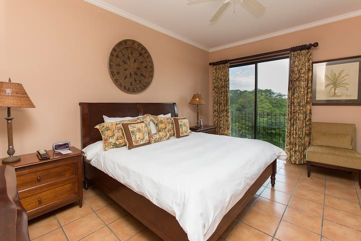 Masterbedroom: King bed and a great view