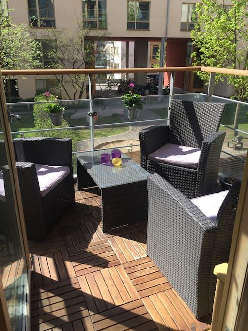 Balkong med utemöbler och sol från 10 till 21 (maj-augusti)