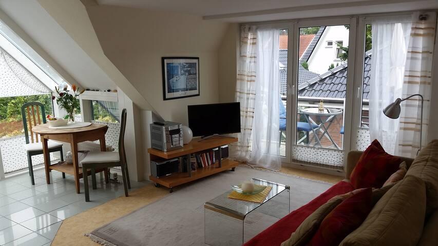 Offener Essbereich im Wintergarten und 3- teiligen Fensterelementen zum Süd-Ost Balkon
