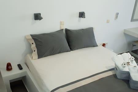 Foskolos studio one double bed in Kamares
