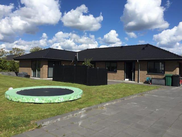 180 m2 familie villa fra 2015.