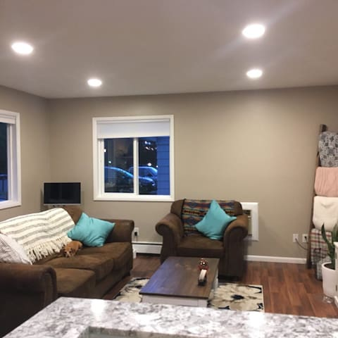 Clean and cute home 15 min from PDX