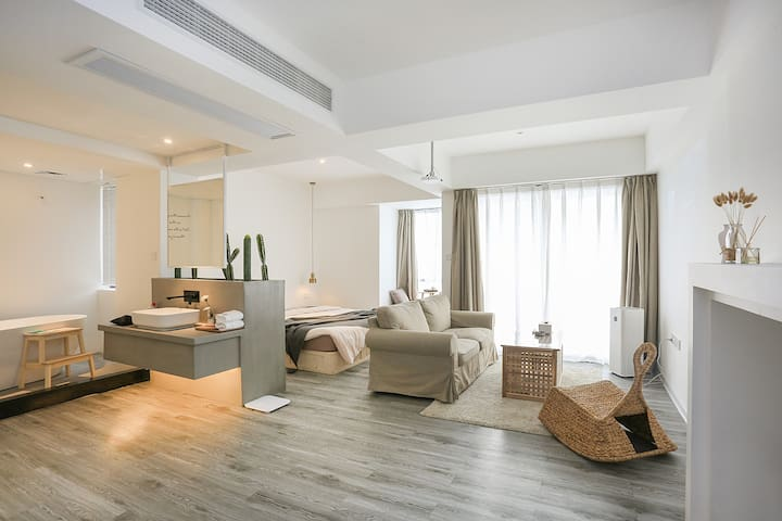 H•韩寓|精品民宿|繁荣商圈|一米8大床享受|超大投影视听|大浴缸配套|闹市中难得的清静温馨家园体验