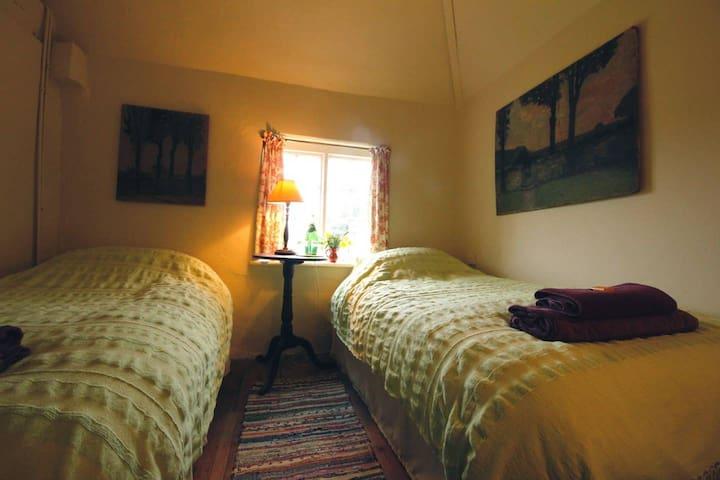 Twin room in Sussex Maisonette