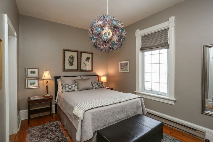 Queen bed with memory foam mattress and luxury linens. Ensuite.