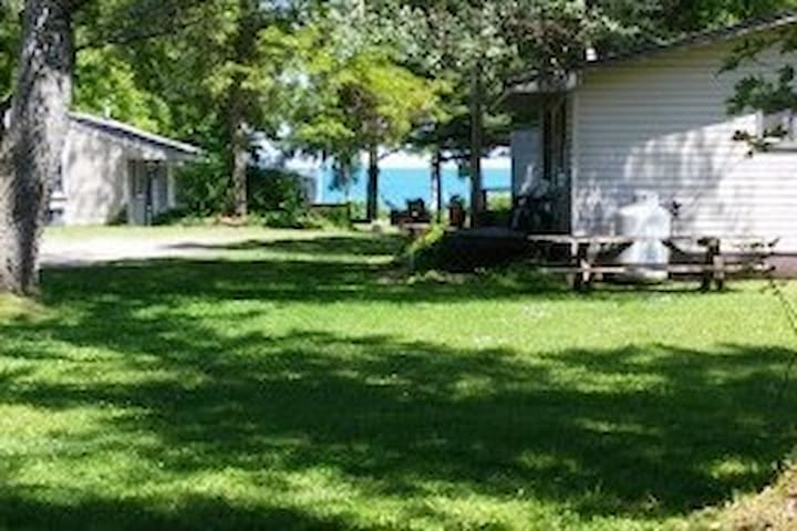 A1 Cottage #5 has a lake view, 2 bedrooms sleep 4!
