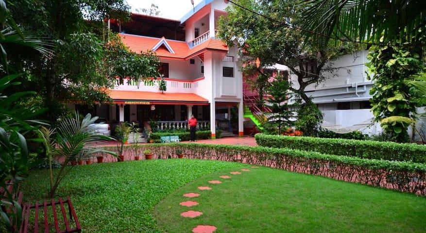 02 Bedroom Modern house near Lakeshore Hospital - Ernakulam - Talo