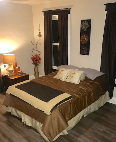 Pet/Kid friendly upstairs entire place 5 beds!