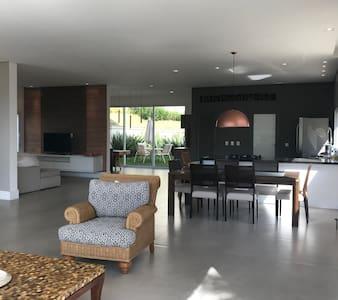 Linda casa nova - 4 suites - vista maravilhosa