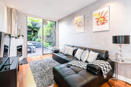 Designer Living in a Large 3br Newtown Terrace - Newtown - House