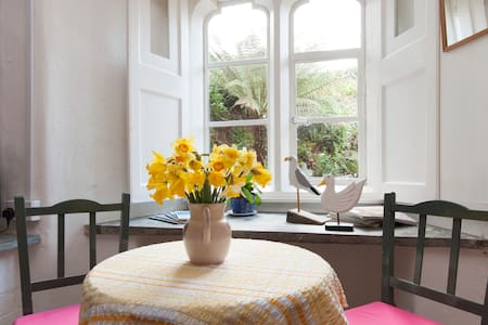 Courtyard View, great place to stay - Cawsand - 아파트