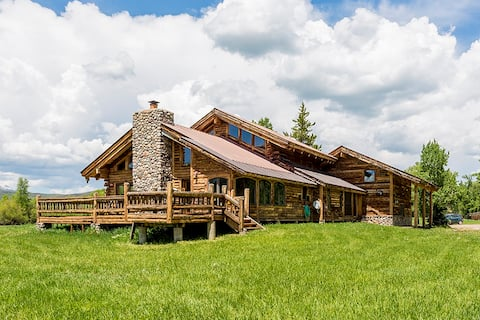 Country Retreat on Elk River! Big Loft & Firepit