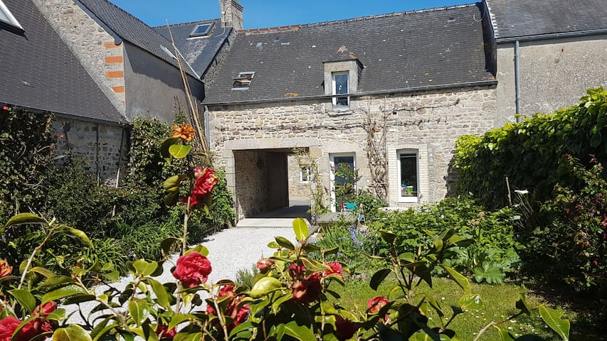 a 3 rooms house 80 m from the beach - Réville - House