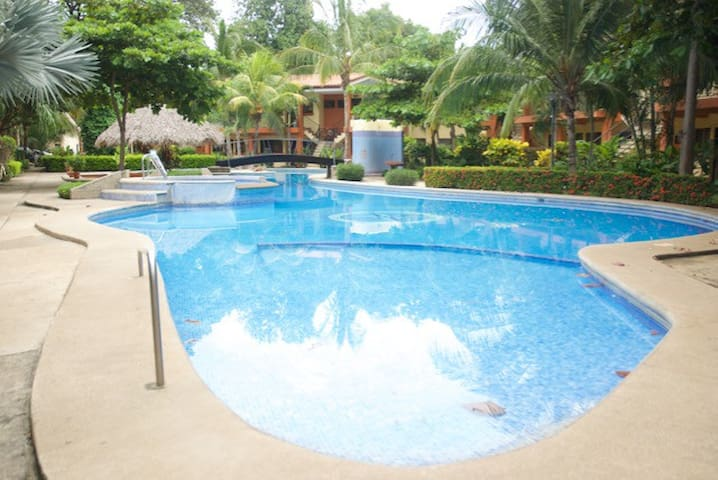 Flat surrounded by beautiful gardens and pool - Coco - Apartemen