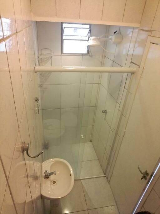 banheiro com box e água quente