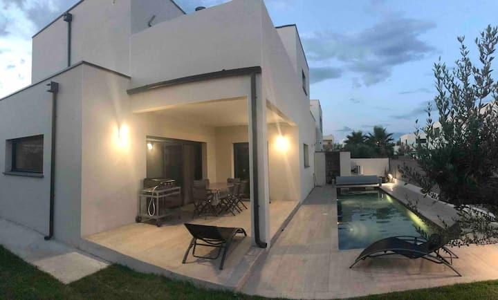 Villa contemporaine, piscine, à 60m de la plage