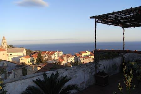 Casa rosa Dachterrasse mit Meerblick, 4km Strand - Cipressa - Şehir evi