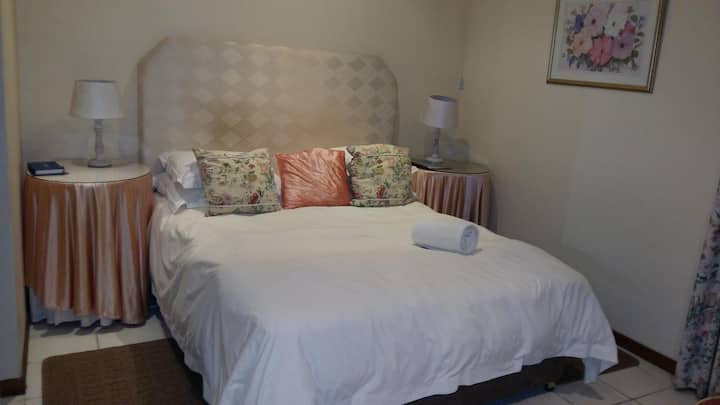 Room 4 - Bloom - Guest House Pongola