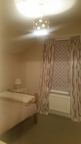 Cozy single Bedroom. - Watford - House