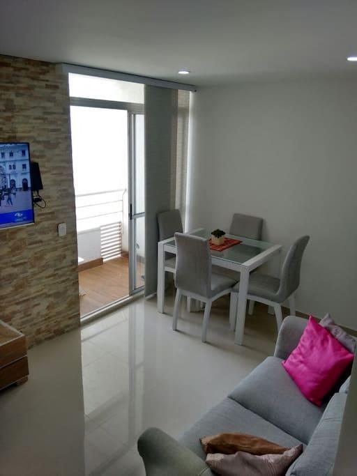 Sala comedor confortable con televisor  50 pulgadas vista al mar desde el balcon