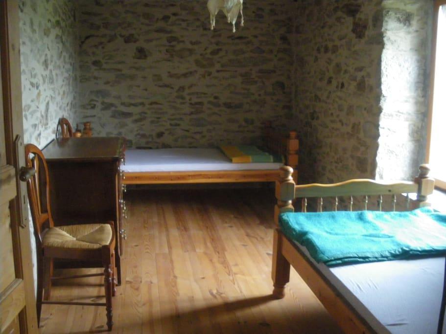 La pierre dans les murs, le bois au sol et pour le mobilier nous connecte à la nature