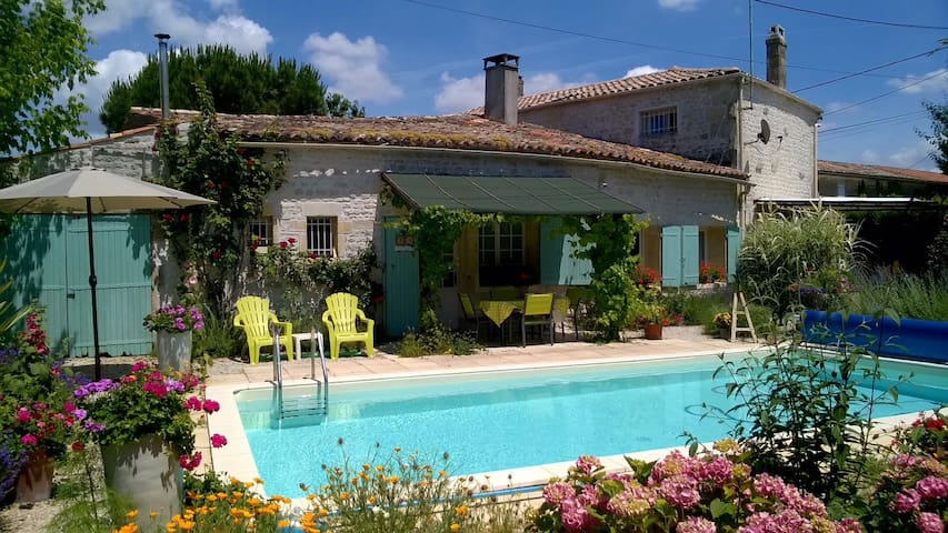 Charentaise Cottage in small hamlet - Champagnolles - บ้าน