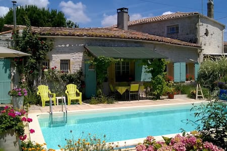 Charentaise Cottage in small hamlet - Champagnolles - Hus