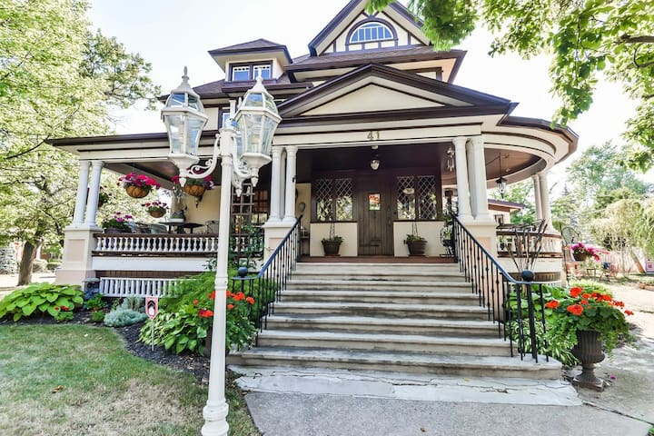 At Home Bed & Breakfast at the Rose Manor - Welland - Bed & Breakfast