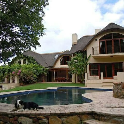 Double room in thatch home - Grabouw - Huis
