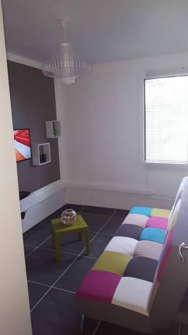 Chambre climatisée avec canapé/lit très confortable, télévision, wifi...
