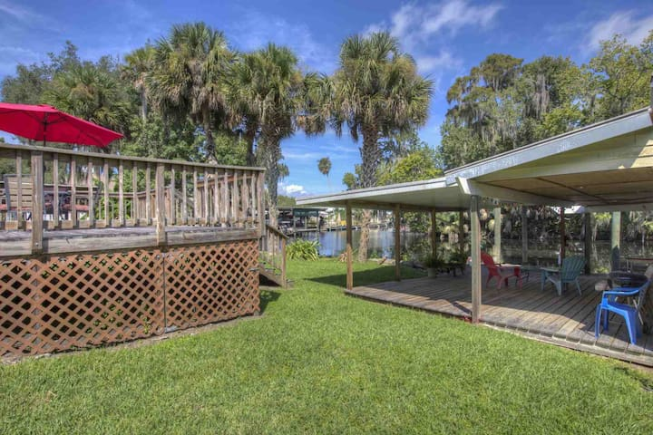 Canal Front Astor Home W/ Boat Slip. Just Off Hwy 40. Easy Access to Home & River-Snowbirds dream!! - Astor - Haus