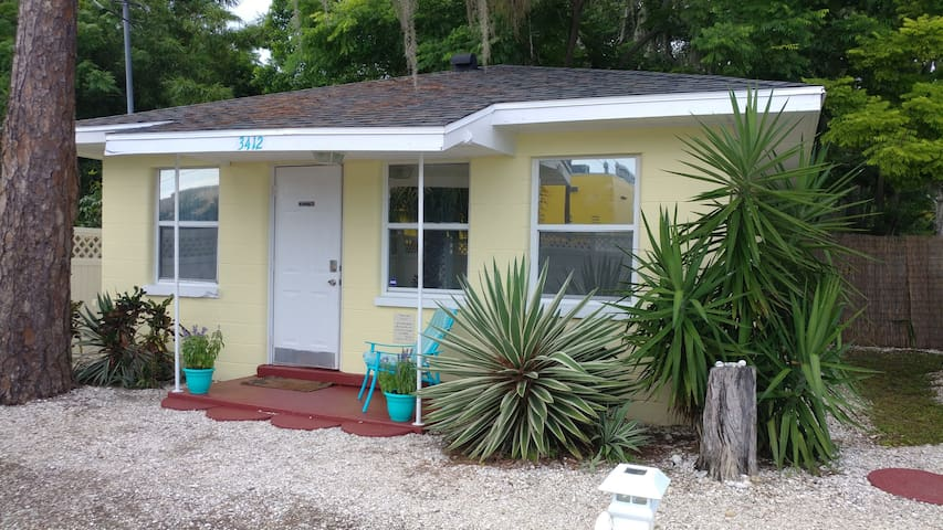 Charming Cottage Minutes to Lido Key Beach