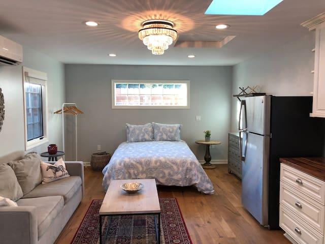 Darling studio-style home! 15 min UCLA 101/405/134